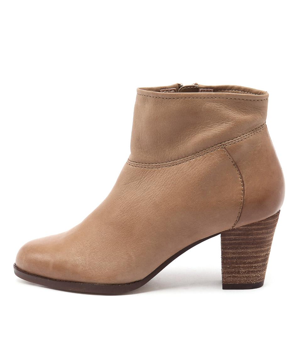 Diana Ferrari Loredo Tan Ankle Boots