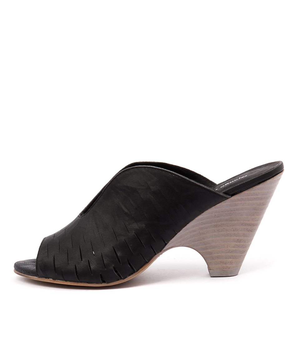 Django & Juliette Betsy Dj Black Sandals